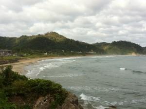 嵐ヶ浜から旧東小学校を高台より望む